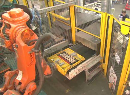 Литейное производство. Робот обслуживает стержневую машину