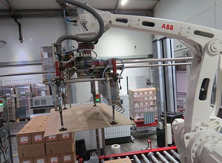 Захват робота работает с прокладочным листом